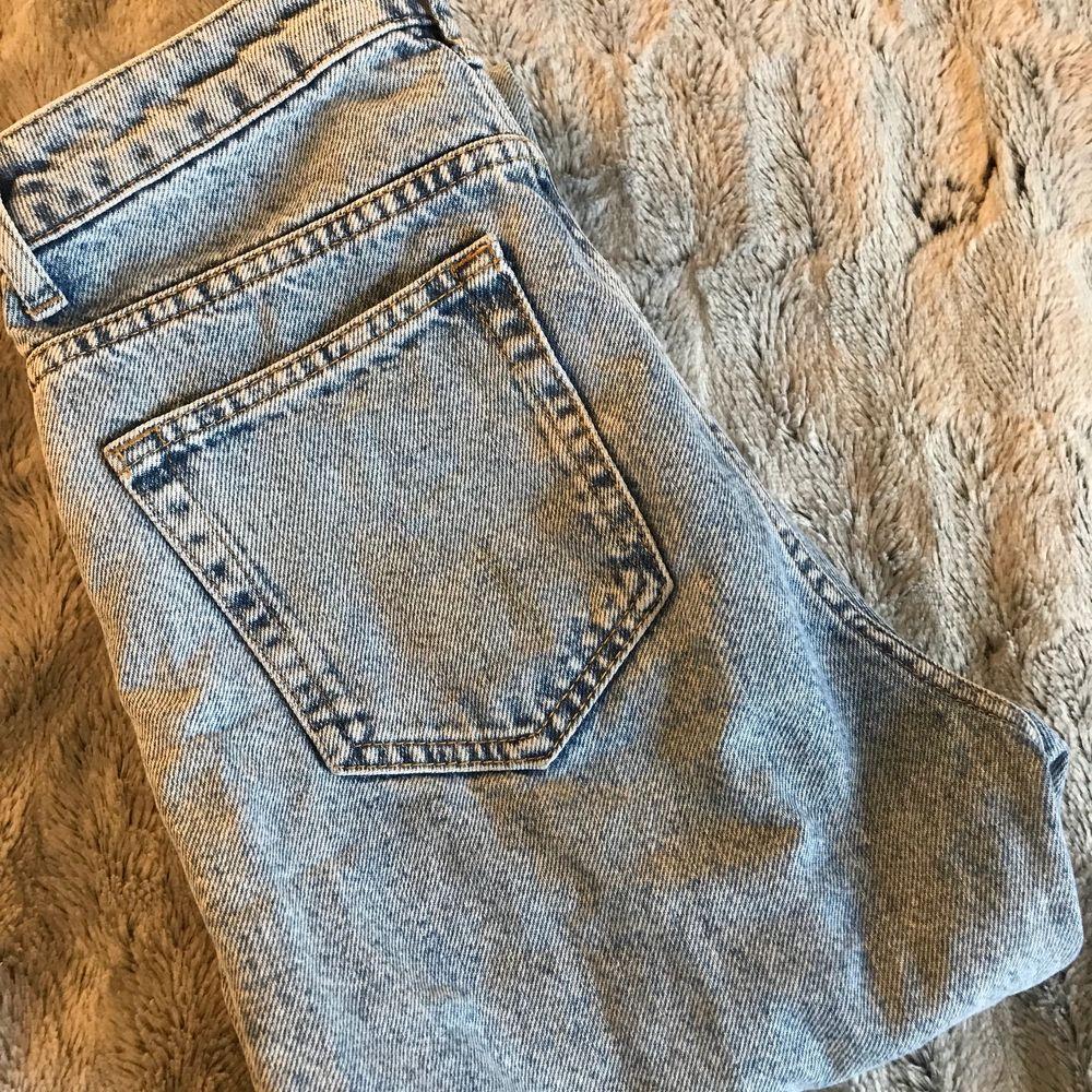 Högmidjade blå jeans med slitna fransar nedtill. Otroligt fina jeans men säljer då de inte längre passar. Använt skick men inget som är sönder eller slitet.. Jeans & Byxor.