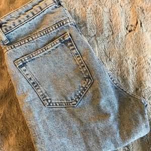Högmidjade blå jeans med slitna fransar nedtill. Otroligt fina jeans men säljer då de inte längre passar. Använt skick men inget som är sönder eller slitet.