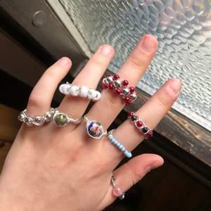 Jag gör egengjorda ringar i olika färger, design och storlekar.🤩 Det är helt öppet att skriva till mig om några funderingar över ringarna!🤗  Man kan byta färg på dem, bara säg till! Det kan komma fler designs !💕