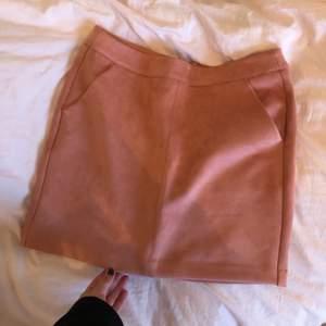 Kjol från veromoda. Aldrig använd. Superskönt och stretchigt tyg, känns som mockatyg. Frakt 45kr