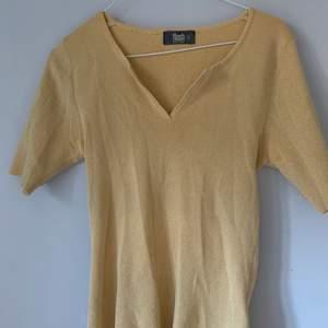 Gul glittrig tröja från flash!