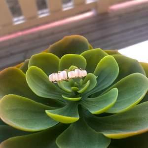 Jag säljer den här rosé guldiga ringen som är egengjod! ✨Valfri storlek✨30kr Fri frakt💖 ståltråden är gjord för att användas till smycken! Om du har frågor kontakta mig!🎀✨