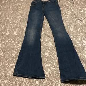 Utsvängda mörkblå jeans i bra skick