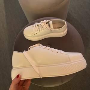 Ett par supersnygga platform sneakers! Köpta på en skoaffär i Stockholm och märket är Pavement. Aldrig använda. Orginalpris: 800kr. Köparen står för frakt (spårbar) 💕