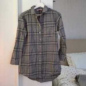 Nattskjorta knappt använd super söt löngd och framhäver ens former