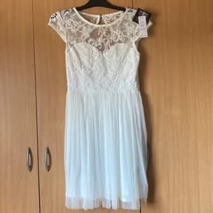 Säljer denna superfina vita studentklänning från Nelly med öppen rygg. Hade själv velat behålla den men den är tyvärr för stor för mig. Helt slutsåld. Prislappar kvar och ej använd. Stl 38. Ursprungspris 499:-, säljer för 249:- +frakt.
