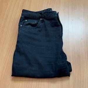 Säljer ett par Jeans från New yorker! Är i storlek 42, kan passa 40 också! Säljer för 199kr + frakt som köparen står för! Fler bilder så fråga!