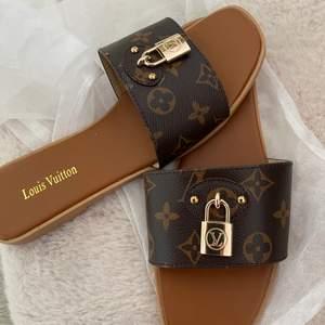 Nus Louis  Vuitton sandaler tofflor storlek 41 normala i storlek     aa kopia  hämtas kan frakta spårbar 66kr