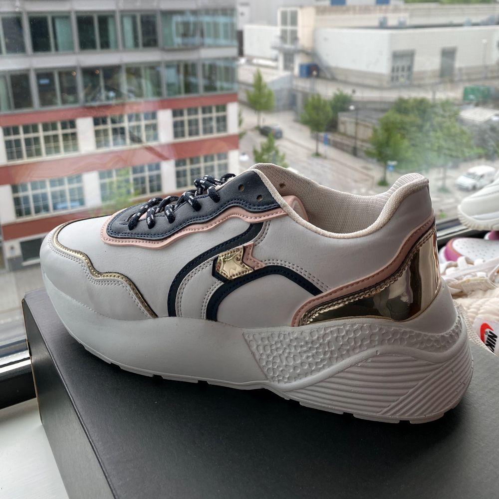 Så fina skor och sitter jätteskönt! Aldrig använda på grund av lite för stora, köpta för 500kr. Skor.
