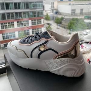 Så fina skor och sitter jätteskönt! Aldrig använda på grund av lite för stora, köpta för 500kr