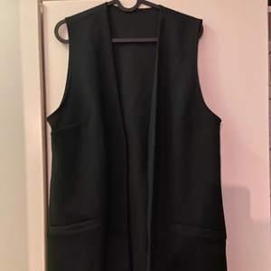 Jättefin svart väst med knappar i ribbat material ungefär, jättefin öppen eller stängd! Fint att ha utanför en skjorta! 🖤 använd 1 gång endast för bild. Nypris: 599 kr