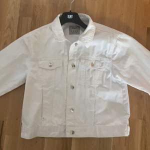 Säljer min vita jeans jacka, köpt i london för 500kr 2018 , säljer pga ingen användning , storleken är i 44 men skulle säga att den är 40 om man vill ha den lite större, passar även S/M