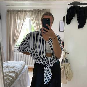 En randig skjorta från H&Ms herravdelning i strl XXL. Har använt den endast 1 gång då jag har en liknande skjorta som jag tycker mer om. Den är stor i storlek men det går att matcha styla den till många olika outfits. Frakt tillkommer men kan gå ner i pris vid snabbt köp. Nypris 299kr.