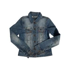 90s Y2k jeansjacka från Only. Strl 38. Passar S-M. Fint skick! + frakt 66 kr 💫 Se även mina andra annonser, jag samfraktar gärna 💫