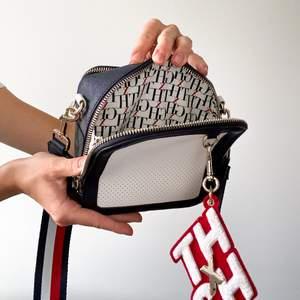 Shoulderbag från Tommy Hilfiger i collab med modellen Gigi Hadid. Väskans medföljande pouch ingår i priset 🤍 nypris 1499kr, du får 1000kr rabatt då den säljs för 499kr. GRATIS FRAKT 💙