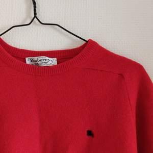 Fin röd sweater från Burberry! 100% ull, passar XS-M! Pris går att diskutera, frakt tillkommer<3 (färgen stämmer bäst på bild 1-2)