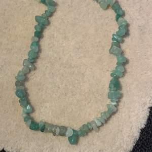 Jätte fint halsband med gröna stenar nu till salu🌷🌸