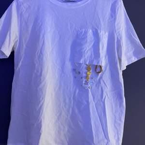 Simpel vit t-shirt från Zara, med en cool detalj på! Väldigt fin men kommer inte till användning längre tyvärr :( Strl S och säljer för 70kr + frakt 🤍 (kan strykas innan köp vid önskemål)