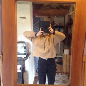 Helt ny och oanvänd croppad hoodie från 157, köpt för 150 kr, och säljer för 85 + frakten. Den har en stor luva och är Mjuk på insidan. Storlek M men passar även S. 🪐 Kontakta mig vid intresse (: