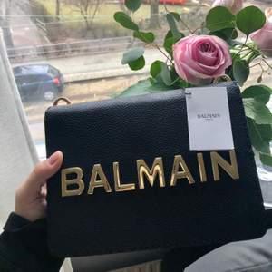 Oanvänd. Finaste Balmain väskan som legat i sin dustbag sedan den blev köp och förtjänas att användas ! Inköpt i Dubai och självklar äkta ! Lådan slängdes inför resan hem och kvittot råkade följa med. Nypriset var 17.000:- men säljer för 10.000:- pga inget kvitto 👜🖤  Gratis spårbart frakt.