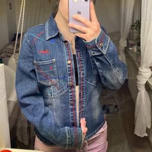 Jättecool jeansjacka med fina detaljer, säljer den eftersom den inte riktigt är min stil. Helt oanvänd.