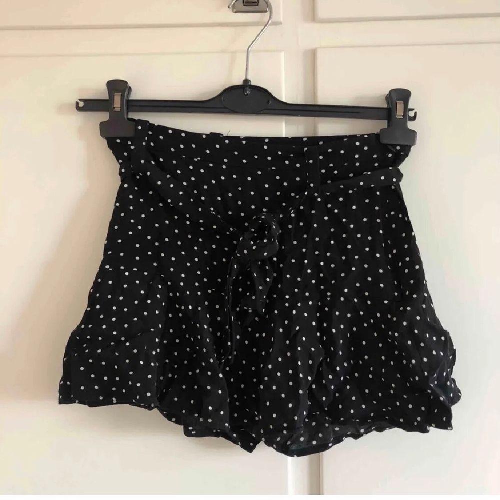Jättefin kjol från Zara med inbyggda shorts! Fint skick! Sista två bilderna är lånade från förra ägaren. Frakt tillkommer på 48 kr🤍. Kjolar.