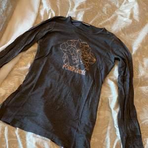 En mörkgrå t-shirt i storlek 156 men passar s, tight men stretchig