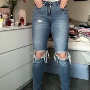 Jeans med slitningar på knäna och fickor. Halv högmidjade med en lite lösare passform. Säljaren står för frakten eller möter jag upp i Lund!