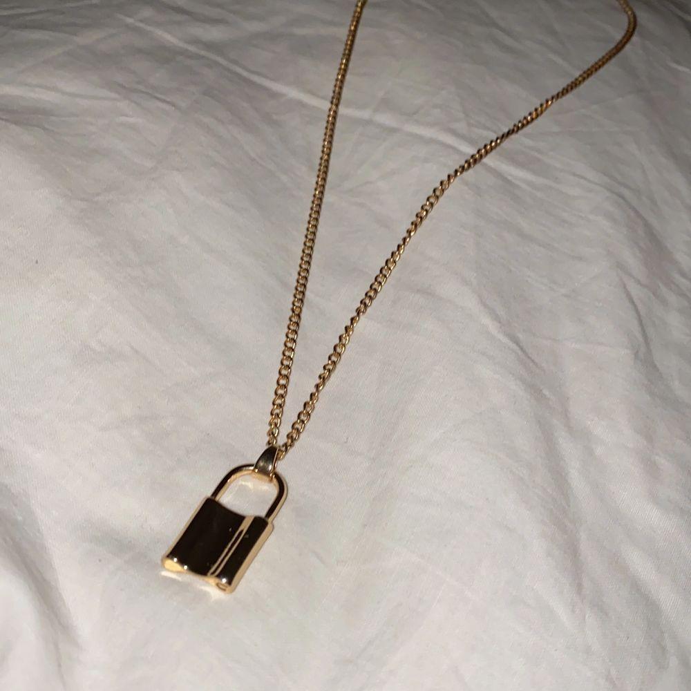 """Halsband med """"lås"""" hänge, aldrig använt. Ca 52cm på längsta snäppet. . Accessoarer."""