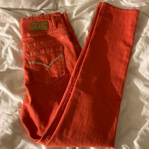 raka orangea jeans! långa! jag är en XS och de är lite stora på mig! är 165 och de är ganska långa på mig!🧡