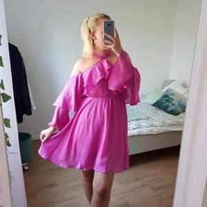 Romantisk rosa klänning från House Of Peal (från ASOS), halterneck och volanger, off shoulder och elastisk midja. Använd EN gång så i fint skick!