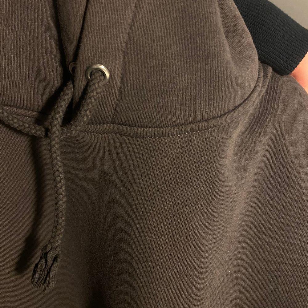 Skit fin brun hoodie från bikbok, stl M passar xs-m, nyskick, (slutsåld vad jag sett) ! BUD PÅ 380kr inkl frakten! ( avslutar budgivningen ikväll 22.00). Tröjor & Koftor.