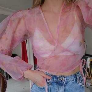 Jättegullig rosa mönstrad organza topp från nly trend 💕Aldrig använd. Storlek 36. Knyts vid vardera sida.