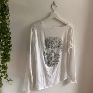 Säljer min fina zadig&voltaire tröja då den tyvärr inte kommer till användning längre. Inköpspris ca 1000, säljer för 300+frakt! Mycket bra skick