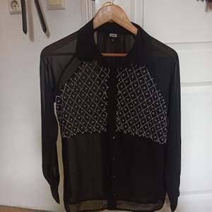 Säljer en svart genomskinlig blus! Små pärlor över bröstet. Använd endast 2 gånger. Bud är alltid välkommet