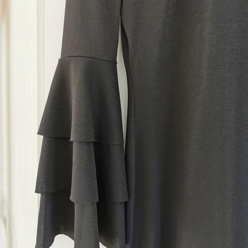 Klänning med trumpetärm från Gina, strl xs, frakt ingår i priset 🖤. Klänningar.