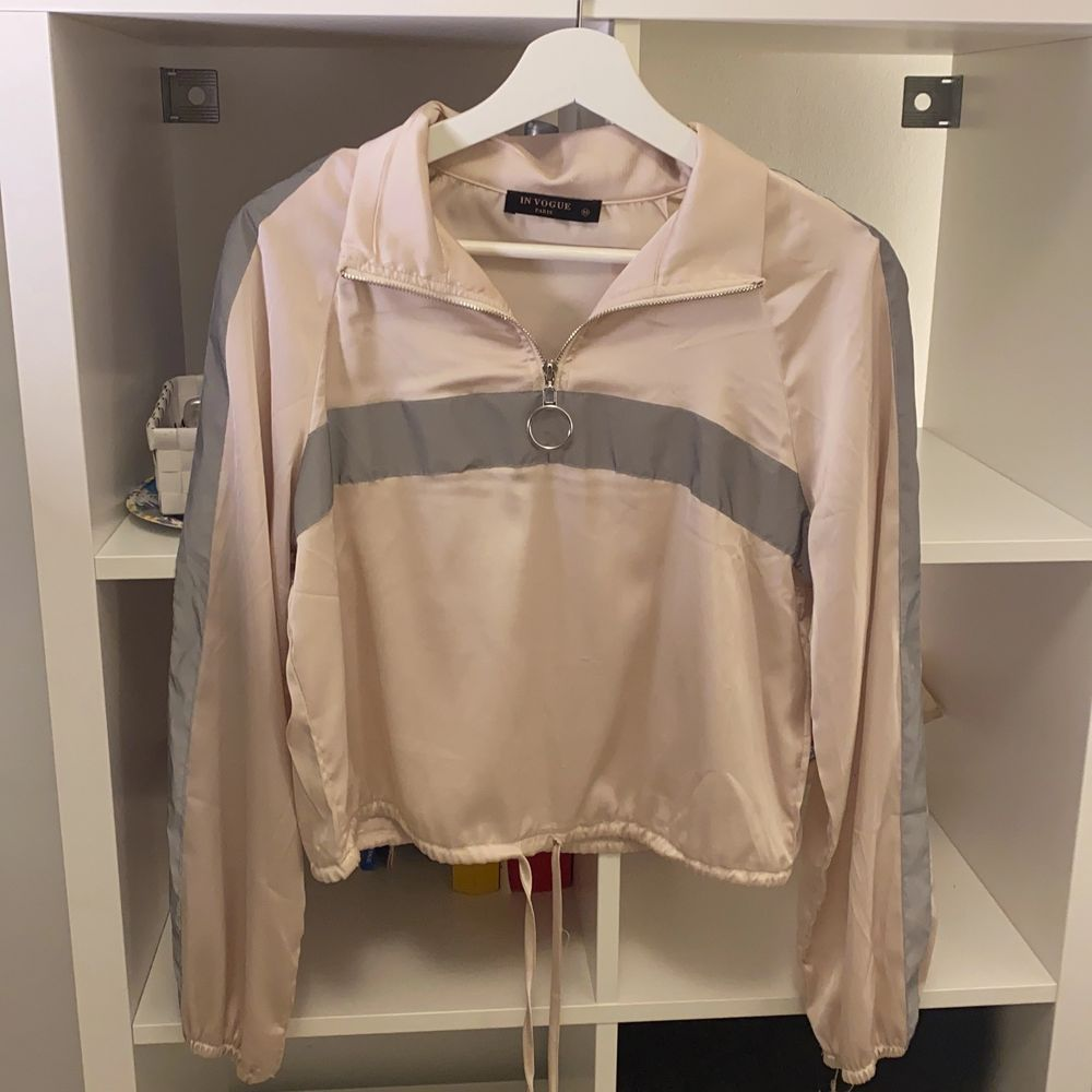 En retro lik tröja med reflexer på bröstet och armar som lyser💕 Super mjuk! Köpt för 400kr,  Skriv för mer information👌. Tröjor & Koftor.