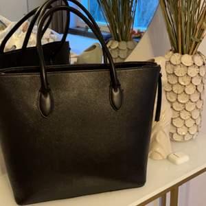 Stor svart handväska från hm. 100kr + 122kr i frakt