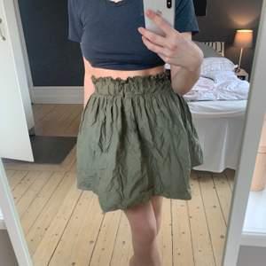 As najs kjol från zara, köpt 2018. Använt den fåtal gånger, jätte bra skick. Den är XS men skulle säga att den passar S och M lika bra