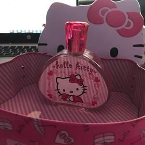 Helt oanvänd parfym, 100ml. Parfymen kostar 100kr eller väskan och parfym för 130kr. Frakt 28kr Den doftar sött av blomster och vanilj.✨