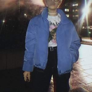 Trendig och varm himmelsblå puffer jacket! 🙏🏼 Väl använd men tvättas självklart innan den skickas 🥰 DM:a för mer bilder/info. FRAKT INGÅR I PRISET!