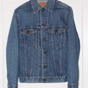Vintage Levi's jeansjacka i bra skick. Storlek 36. Sänkt pris! Först till kvarn! 😊