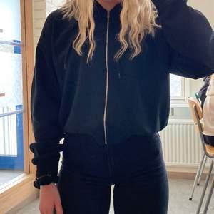 Svart zip up hoodie i svart 😃 jätte bra skick o använd cirka 3 ggr :) 150kr 🖤 bilden är min egna dock har jag vickt upp den lite på mig som är 165 är den lite längre skulle sängs att den går ner till midjan :)