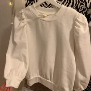 Supersöt vit sweatshirt, endast använd 1 gång, säljes pga att jag inte använder den🤍