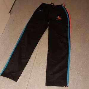 Storlek S, svarta Adidas med 3 olika färger på sträcken använda nån gång.