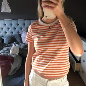Vit och orange randig t-shirt från weekday i bra skick som inte kommer till användning ☺️