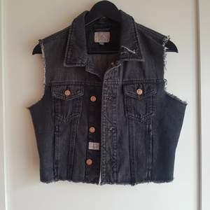 Grå jeans väst från Carlings i storlek M, knappt använd!