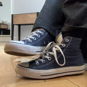 Budgivning!!! Slutar den 7/5. Säljer dessa converse, mörkblå storlek 38. Använt under en sommar så det är i bra skick fortfarande. Frakt tillkommer och betalning sker via swish 🧡