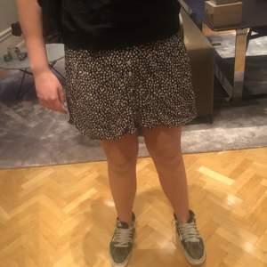 En kjol ifrån mango i nyskick prefekt nu till sommaren och passar även men strumpbyxor💕