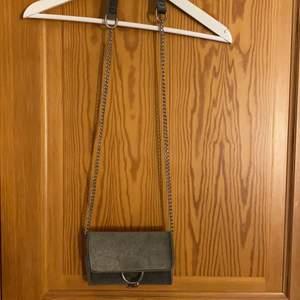 Axelremsväska i grå sammet. Använd 2-3 gånger. Köparen står för frakten.